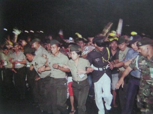 Hindi nagpapigil ang mga tao sa barikada sa Manila Memorial Park sa Sucat, gusto nila ihatid si Tita Cory hanggang sa huling sandali.  Mula sa Cory Magic:  Her People's Stories.