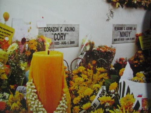 Magkasama na sa kanilang puntod sa Manila Memorial Park sina Ninoy at Cory.