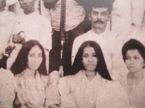 Piknik sa Baler para kay Manuel, 1906.  Si Quezon ang Mr. Suave, si Aurora ang babaeng nakaupo sa kaliwa.  Siya ang pinsan at future wife niya.  Mula sa Manuel Luis Quezon nina Edgardo J. Angara at Sonia P. Ner.