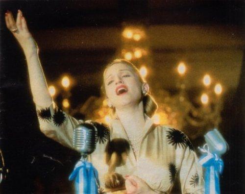 Si Madonna, sa aktwal na balkonahe ng Casa Rosada sa Buenos Aires, bilang si Evita.