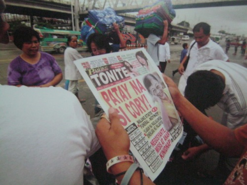 Ang masamang balita.  Mula sa Cory Magic:  Her People's Stories.