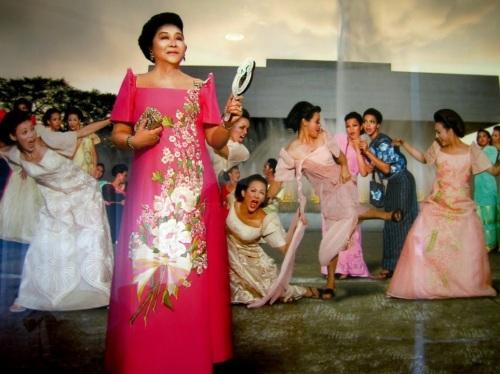 Si Imelda kalmado habang nagkakagulo ang lahat sa harapan ng kanyang proyektong Cultural Center of the Philippines.  Ang proyektong binananatan ni Ninoy Aquino nang ikumpara niya ito kay Eva Peron.  Kuha ni Steve Tirona.