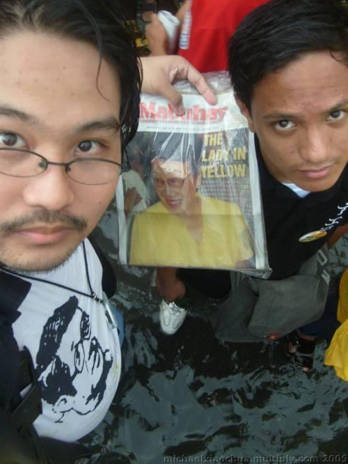 Si Kerby Alvarez at ako habang nasa baha.  Mula sa Koleksyon ng Sinupan ng Aklatang Xiao Chua.