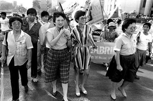 Si Cory habang pinangungunahan ang mga protesta na nagbunsod ng Himagsikang People Power sa EDSA.