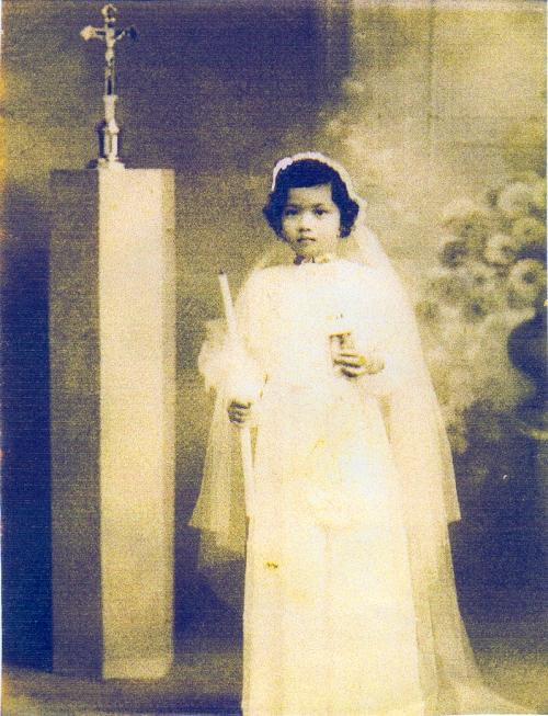 Ang batang Evita noong kanyang unang komunyon.  Mula sa Marcos Presidential Center.