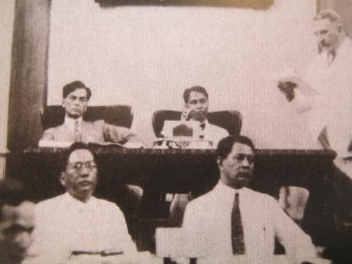 Si Quezon bilang Pangulo ng Senado.  Mula sa Manuel Luis Quezon nina Edgardo J. Angara at Sonia P. Ner.