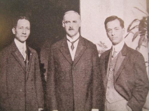 Si Osmena at Quezon kasama si Gobernador Heneral Francis Burton Harrison.  Mula sa Manuel Luis Quezon nina Edgardo J. Angara at Sonia P. Ner.