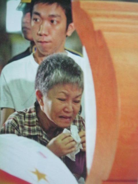 Isang aleng lubos na nalumbay sa pagkamatay ng pangulo.  Mula sa Cory Magic:  Her People's Stories.