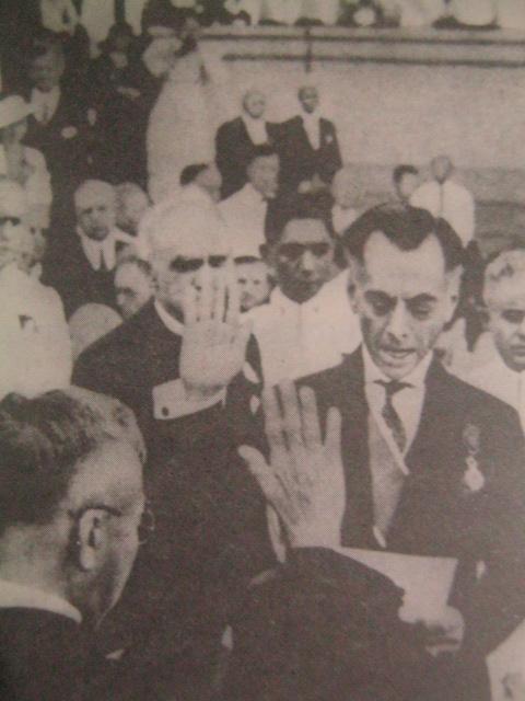 Ang panunumpa ni Quezon bilang Pangulo ng Komonwelt sa harapan ng gusali ng lehislatura (ngayon ay National Art Gallery) noong November 15, 1935.  Mula kay Carlos Quirino.