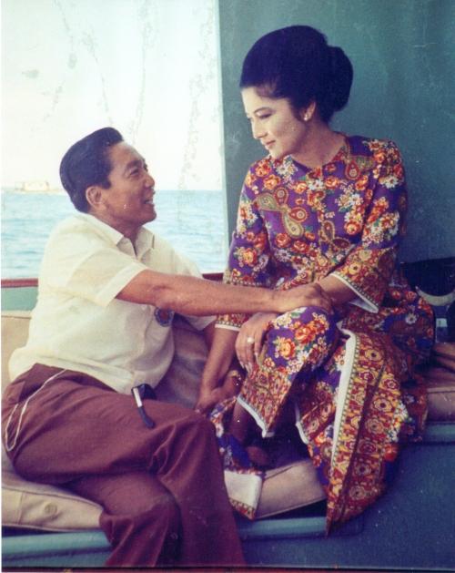 Si Imelda at si Ferdinand Marcos habang siasariwa ang suyuan.  Mula sa Marcos Presidential Center.