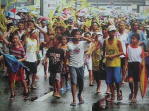 Hindi man naabutan ang EDSA, ang mga kabataan ay nakiramay/nakiusyoso din.  Mula sa Doon Po Sa Amin.