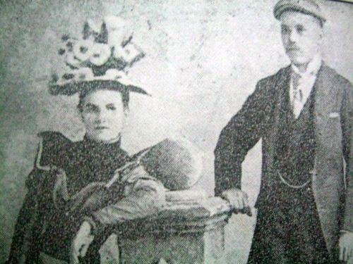 Si Josephine Bracken at si Vicente Abad sa araw ng kanilang kasal.  Mula sa Errante Golondrina.