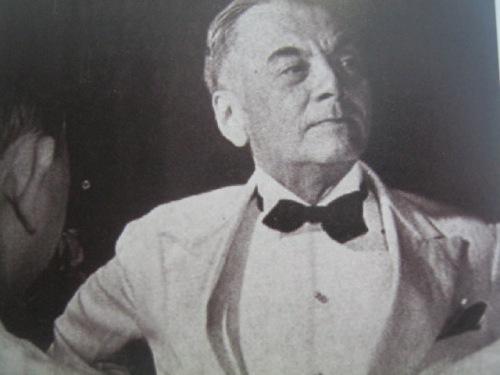 Si Quezon habang umaastang astig.  Mula sa Manuel Luis Quezon nina Edgardo J. Angara at Sonia P. Ner.