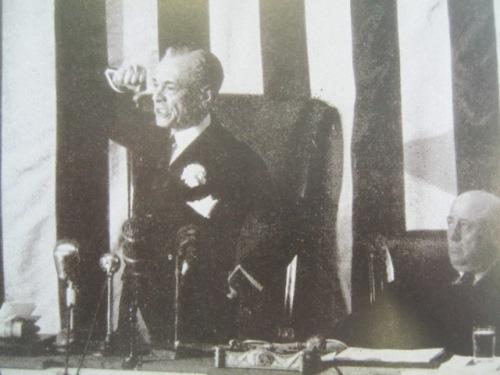 Si Pangulong Quezon habang nagsasalita sa Kongreso ng Amerika.  Mula sa Manuel Luis Quezon nina Edgardo J. Angara at Sonia P. Ner.