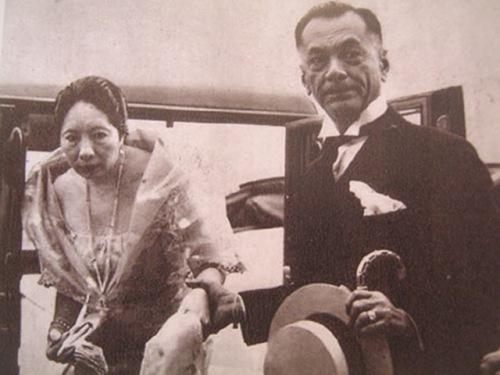 Si Quezon at kabiyak na si Aurora sa kanilang pagdating sa kanyang inagurasyon.  Mula sa Manuel Luis Quezon nina Edgardo J. Angara at Sonia P. Ner.