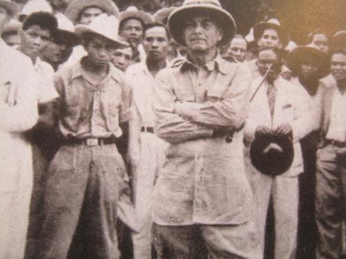 Si Quezon sa isa kanyang mga inspection trips.  Mula sa Manuel Luis Quezon nina Edgardo J. Angara at Sonia P. Ner.