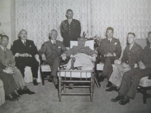 Si Quezon kasama ang kanyang gabineta sa kanyang sick bed.  Mula sa Manuel Luis Quezon nina Edgardo J. Angara at Sonia P. Ner.