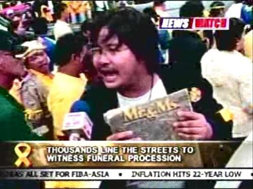 Si Xiao Chua habang kinakapanayam ng RPN-9 sa Luneta noong libing ni Tita Cory, sinasabi niya 1983 ULIT!  Mula sa RPN-9.