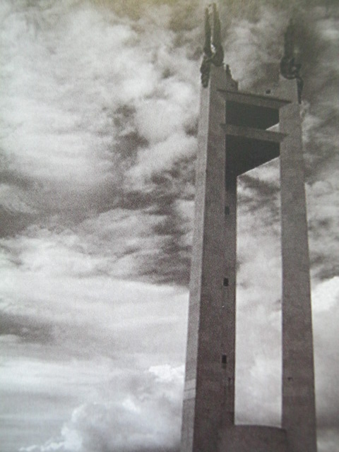 Quezon Memorial Monument.  Mula sa Manuel Luis Quezon nina Edgardo J. Angara at Sonia P. Ner.