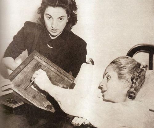 Sa unang pagboto ng kababaihan sa Argentina na kanyang ikinampanya, bumoto si Eva Peron mula sa kanyang kama sa ospital bago mamatay sa sakit noong 1952.