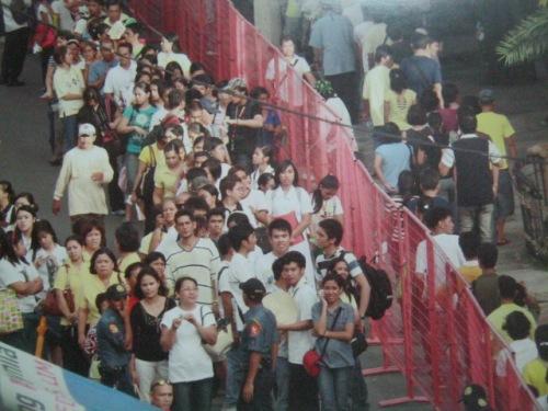 Ang pagpila ng mga tao sa mga kalye ng lumang lungsod ng Maynila--Intramuros para kay Cory.
