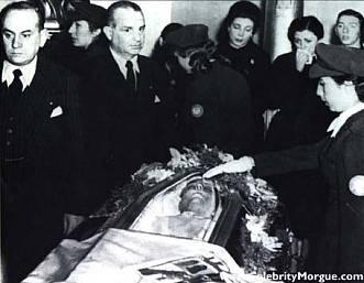 Ang mga tao habang nagwawala sa katawan kapag nakikita ang katawan ni Eva Peron, 1952.