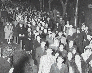 Ang pila ng mga tao upang makita ang katawan ni Eva Peron, 1952.