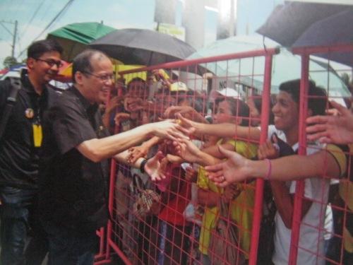 Si Noynoy Aquino habang inasasalamatan ang mga pumipila.  Mula sa Cory Magic:  Her People's Stories.