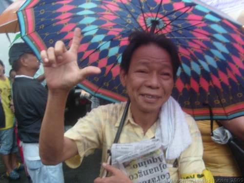 Mga hindi mo kakilala babatiin ka ng Laban sign.  Kuha ni Xiao Chua.
