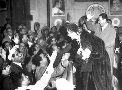 Si Evita at Juan kasama ng kanilang ga kababayan.
