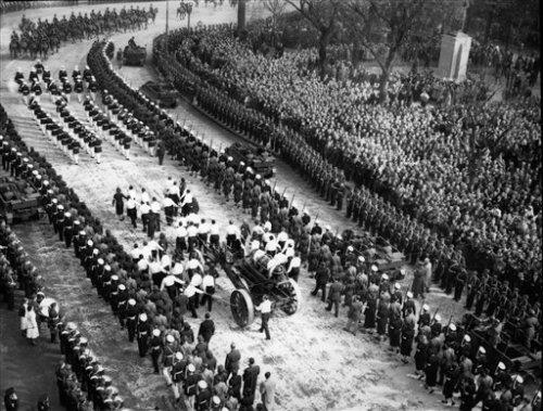 Ang marcha funebre para kay Eva Peron, sa mga malalapad na kalsada ng Buenos Aires, 1952.
