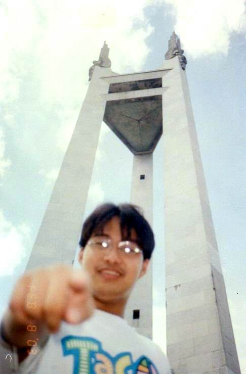Si Xiao Chua sa harapan ng Quezon Memorial Monument.  Kuha ni Florenda Pangilinan mula sa Koleksyon ng Sinupan ng Aklatang Xiao Chua.