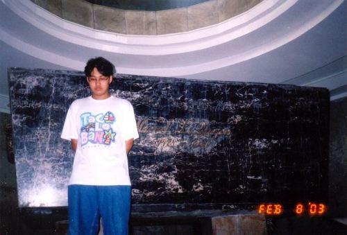 Si Xiao Chua sa harapan ng sarcophagus ng bangkay ni Quezon sa ilalim ng Quezon Memorial Monument.  Kuha ni Florenda Pangilinan mula sa Koleksyon ng Sinupan ng Aklatang Xiao Chua.