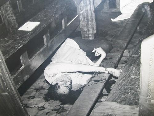 Ang duguan at walang buhay na katawan ni Cong. Floro Singson Crisologo na nakahandusay sa sahig ng Katedral ng Vigan, October 18, 1970.  Mula sa Crisologo Museum.