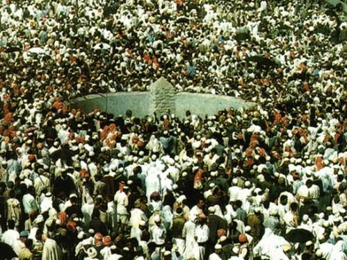 Pagbato sa representasyon ng demonyo sa Bundok Arafat, ang Jamrat'al'Aqabah.  Hindi si Yasser ha.  Mula sa hajjguide.org.