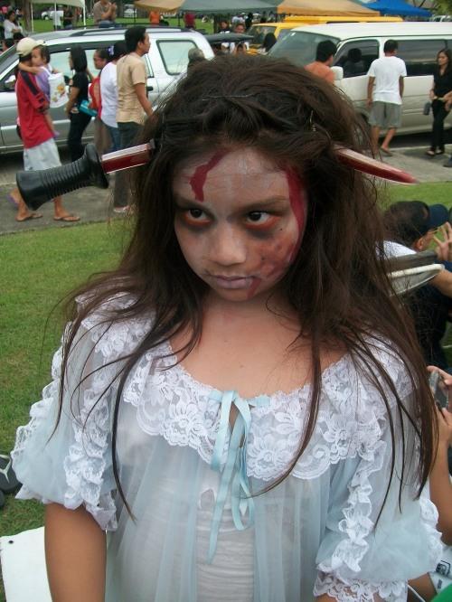 Si Gillianne Cowenn Manlutac Calma noong Undas 2010 sa Garden of the Ascension, Lungsod ng Tarlac.