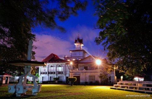 Ang Dambanang Pangkasaysayang Emilio Aguinaldo sa gabi.  Kuha ni Jun Tulao ng Cavote Camera Club.