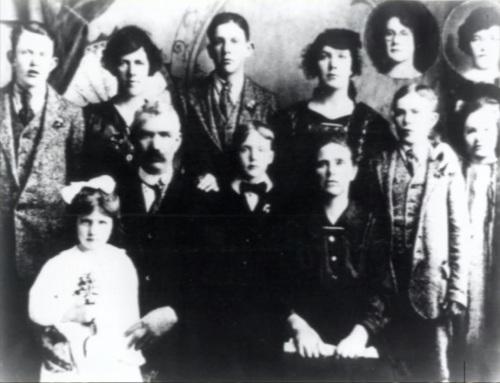 Pamilya ni John at Mary Payton, si Patrick ay nasa kaliwa ng kanyang ina (kanan sa nakatingin).  Mula sa Family Rosary Crusade.