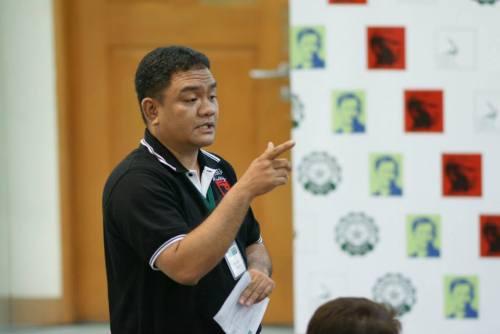 Prop. Dr. Lars Raymund Ubaldo noong DLSU History Department Teacher Training Workshop noong October 19, 2013.  Kuha ng opisyal na potograpo ng De La Salle University Manila, Kuya Greg (Taga Litrato).