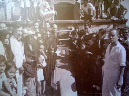 Recuerdos de Patay (souvenir of the dead) sa Pampanga noong panahong sinauna.  Pansinin kung papaano inaangat ang patay upang masilayan sa larawan.  Mula sa Juan D. Nepomuceno Center for Kapampangan Studies.
