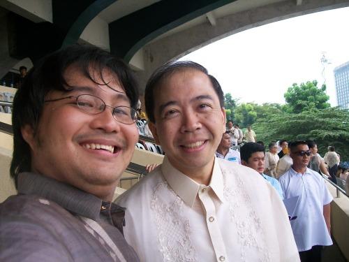 Si Xiao Chua at si Jun Lozada, Quirino Grandstand, June 30, 2010.  Mula sa Koleksyon ng Sinupang Xiao Chua.