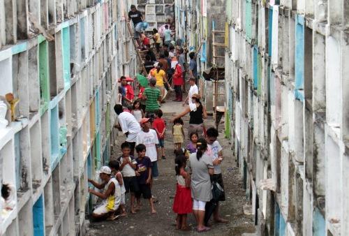 """Undas sa mga """"apartment.""""  Mula sa kjrosales.blogspot.com."""
