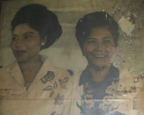 Gobrnadora Carmeling Crisologo kasama ang Unang Ginang Imelda Romualdez Marcos.  Mula sa Crisologo Memorabilia Museum sa Vigan, Ilocos Sur.