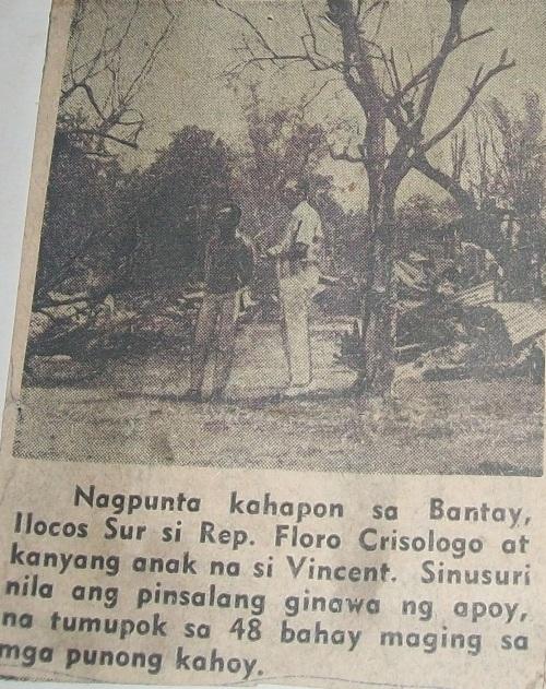 Ang mag-amang Crisologo, sina Floro at Bingbong, habang iniinspeksyon ang pinsala ng sunog na nangyari sa Bantay.  Mula sa Crisologo Memorabilia Museum sa Vigan, Ilocos Sur.