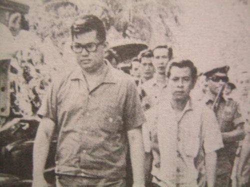 """Si Ninoy Aquino kasama si Luis """"Chavit"""" Singson nang ilibing ang tagasuporta ni Singson na si Florencio Parel na pinaslang ng mga Saka-saka.  Mula sa Ninoy:  The Willing Martyr."""