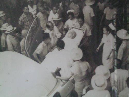 Si Heneral Emilio Aguinaldo habang dinadala sa Veterans' Memorial Hospital isang araw bago bawian ng buhay noong February 6, 1964.  Mula sa Aguinaldo-Suntay Museum sa Lungsod ng Baguio.
