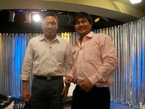Si Xiao Chua at si Atty. Melchor Magdamo sa set ng The Bottomline, June 2010.  Mula sa Koleksyon ng Sinupang Xiao Chua.