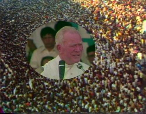 Isang video grab mula sa Manila Rally noong Disyembre 1985 (Marian Year) kung saan dalawang milyong tao ang dumagsa sa Luneta upang makiisa kay Father Peyton.  Matapos ang dalawang buwan, nagka-EDSA na.
