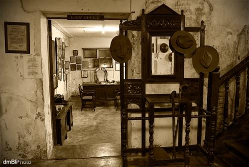Ang lagusan patungo sa eksibit ng mga memorabilia ni Floro Crisologo, kasama na ang kanyang duguang mga damit.  Mula sa Crisologo Memorabilia Museum sa Vigan, Ilocos Sur.