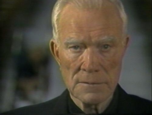 Si Padre Peyton habang nananalangin.  Mula sa Family Rosary Crusade.
